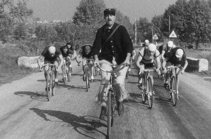 « Jour de Fête », un film de Jacques Tati avec Jacques Tati, Guy Decomble, Paul Frankeur… CREDIT : © 1949 Les Films de Mon Oncle- Specta Films-C.E.P.E.C./Carlotta Films