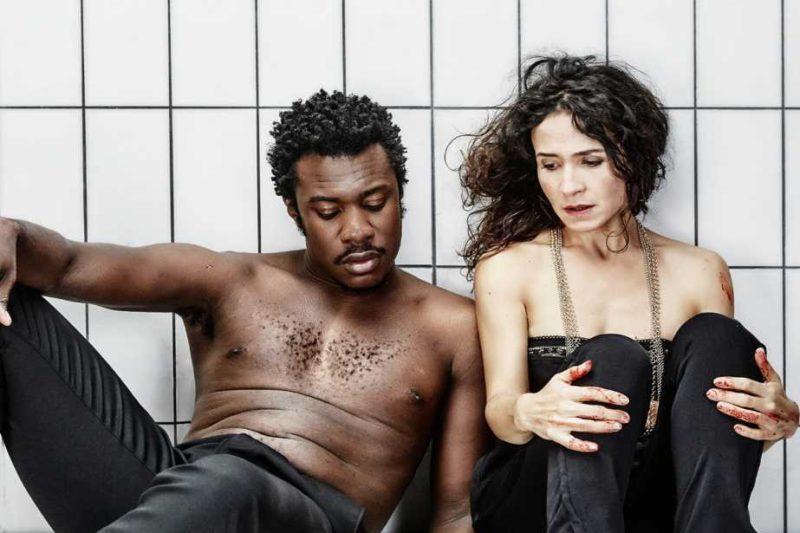 """Adama Diop et Chloé Réjon et dans """"Macbeth"""", mes Stéphane Braunschweig à l'Odéon (crédits : Benjamin Chelly)"""