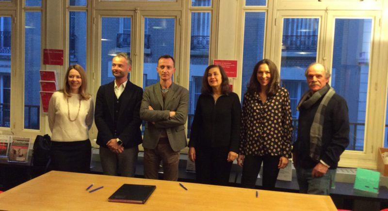 Signature de Contxto (de gauche à droite : Agathe Basquin, ministère de l'Europe et des affaires étrangères ; Stephan Kutniak, Institut français ; Bertrand Munin, ministère de la culture ; Linda Corneille, SACD ; Gwénola David et Jean-Pierre Marcos, ARTCENA)