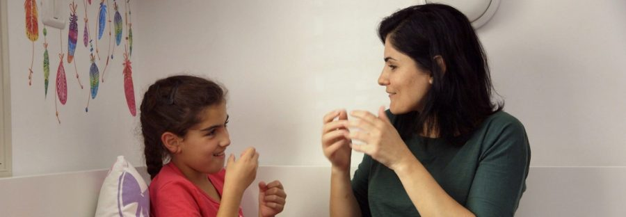Debby Menashe et sa fille, Israël dans Signer, documentaire de Nurith Aviv