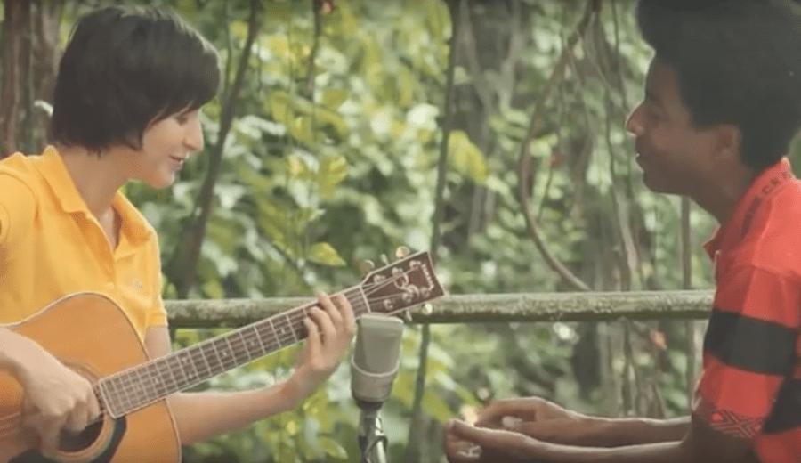 Pauline Croze interprète de sa voix sensuelle de grandes chansons sur un air de bossa nova