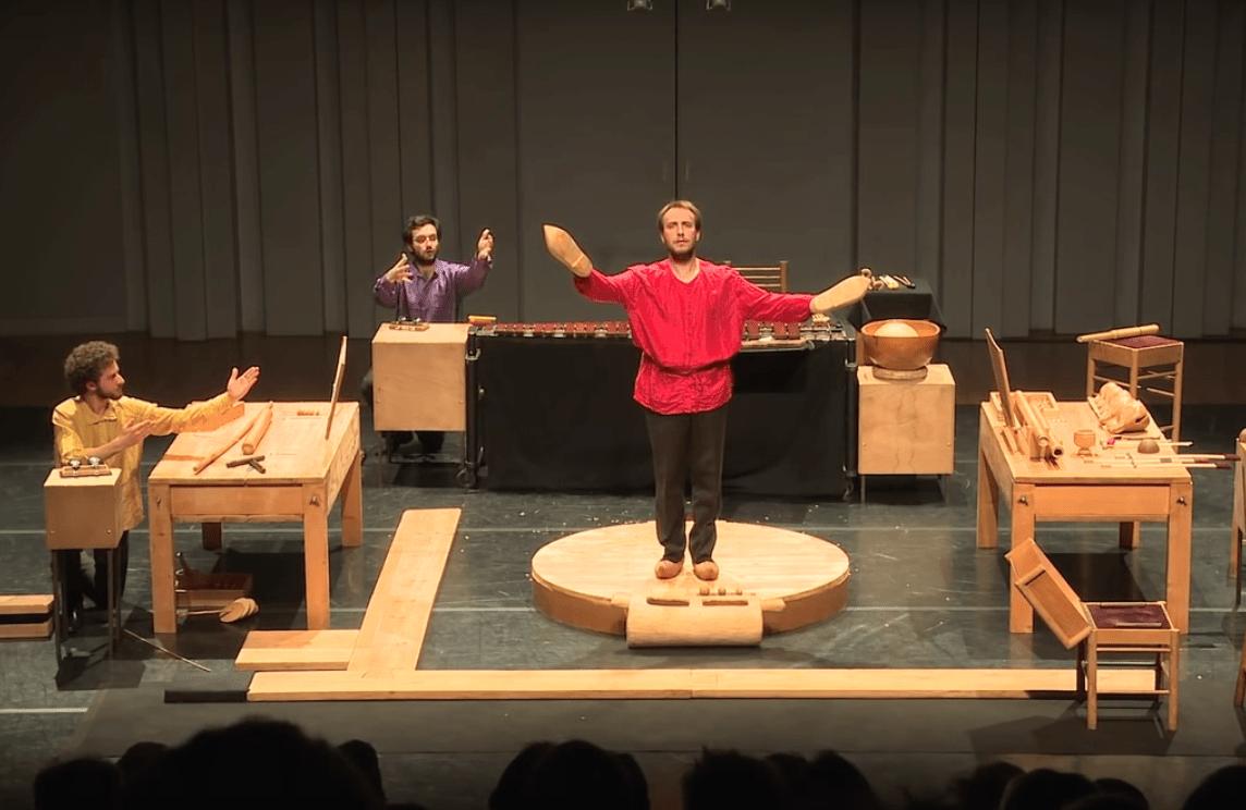 Trois musiciens interprètent avec talent et beaucoup d'humour «Dressur» de Mauricio Kagel