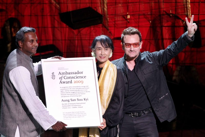 Bono, ancien défenseur d'Aung San Suu Kyi, appelle à sa démission
