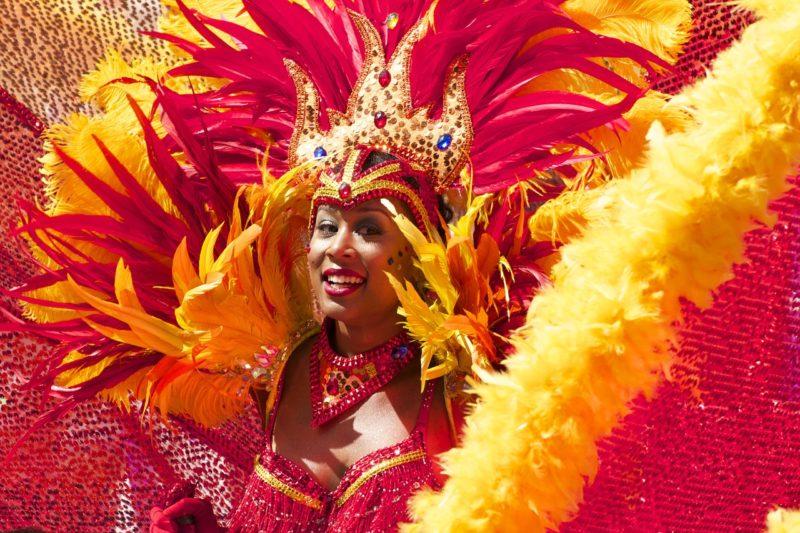 Le carnaval Rio vibre au rythme de la samba et des revendications politiques