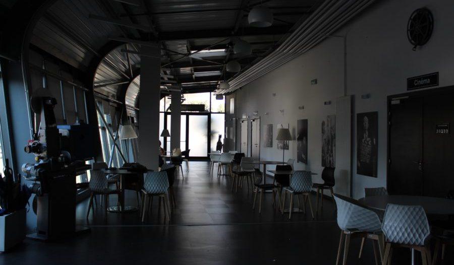 Salle du bar des Ateliers du cinéma à Beaune