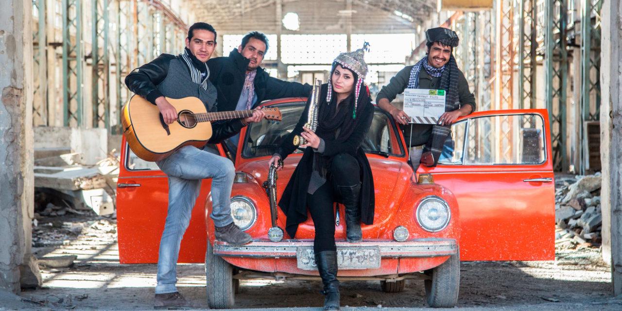 """""""Kabullywood"""" : un drôle d'objet filmique sur la résistance artistique afghane"""