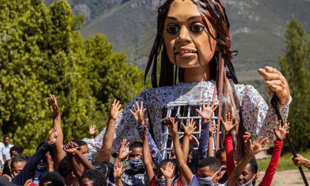 La Marche, un festival itinérant qui emmène une marionnette sur la trace des migrants