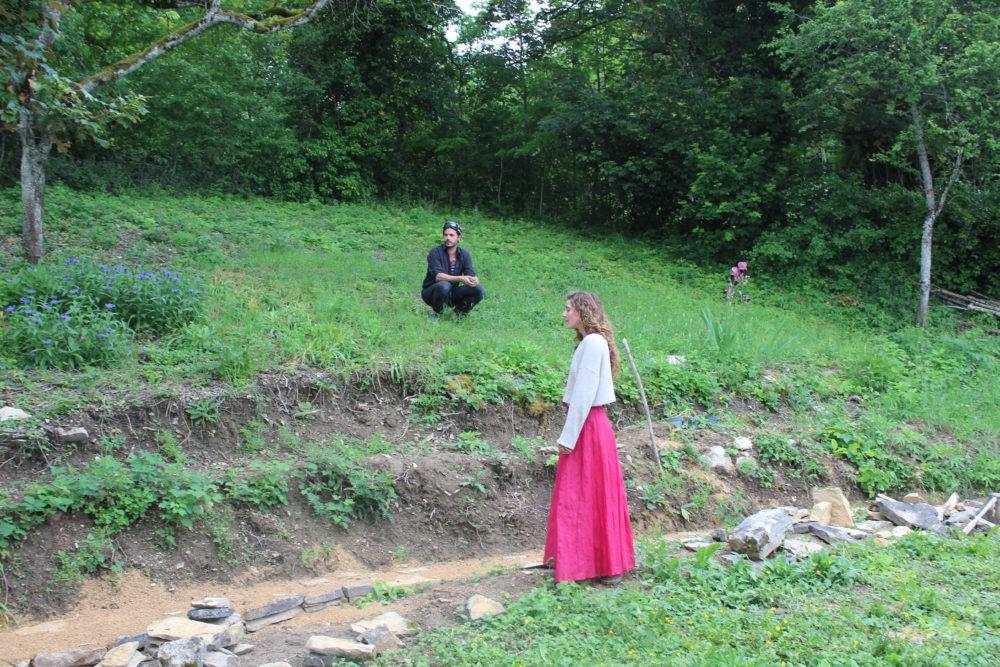 Baudoin Cristovéanu et Sophie Foster dans leur théâtre de verdure (crédits : Morgane Macé / Profession Spectacle))
