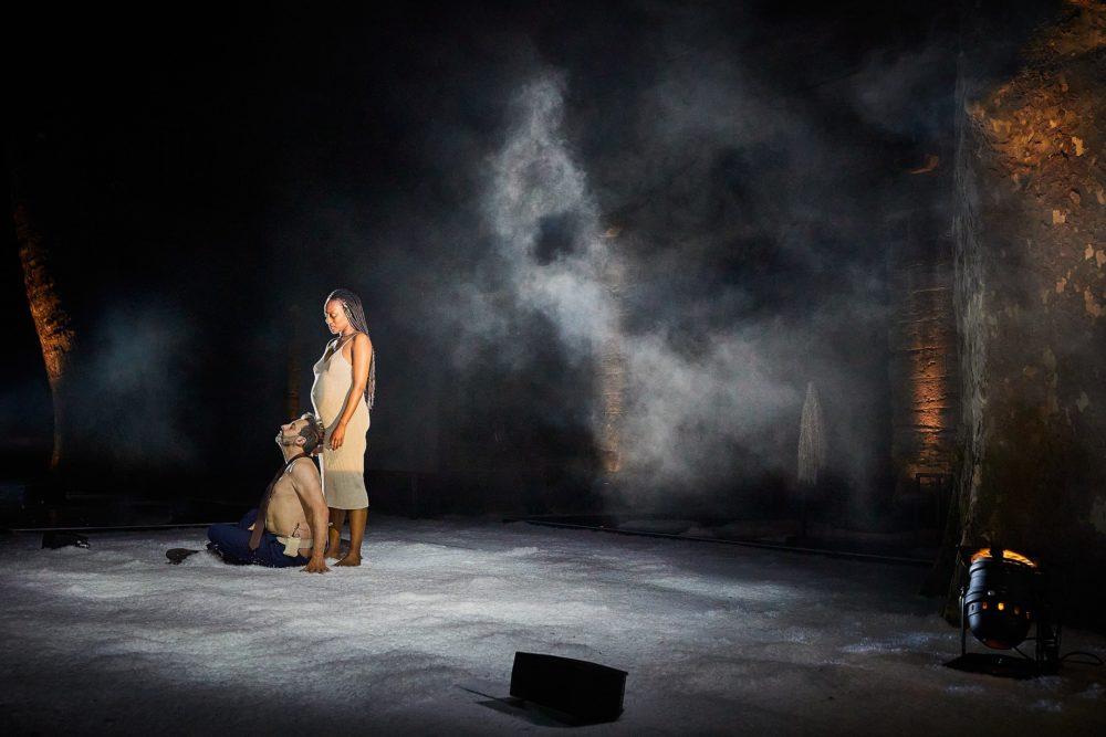 Nancy Nkusi Fabrice Murgia La dernière nuit du monde, Avignon, 2021 (© Christophe Raynaud de Lage Festival d'Avignon)