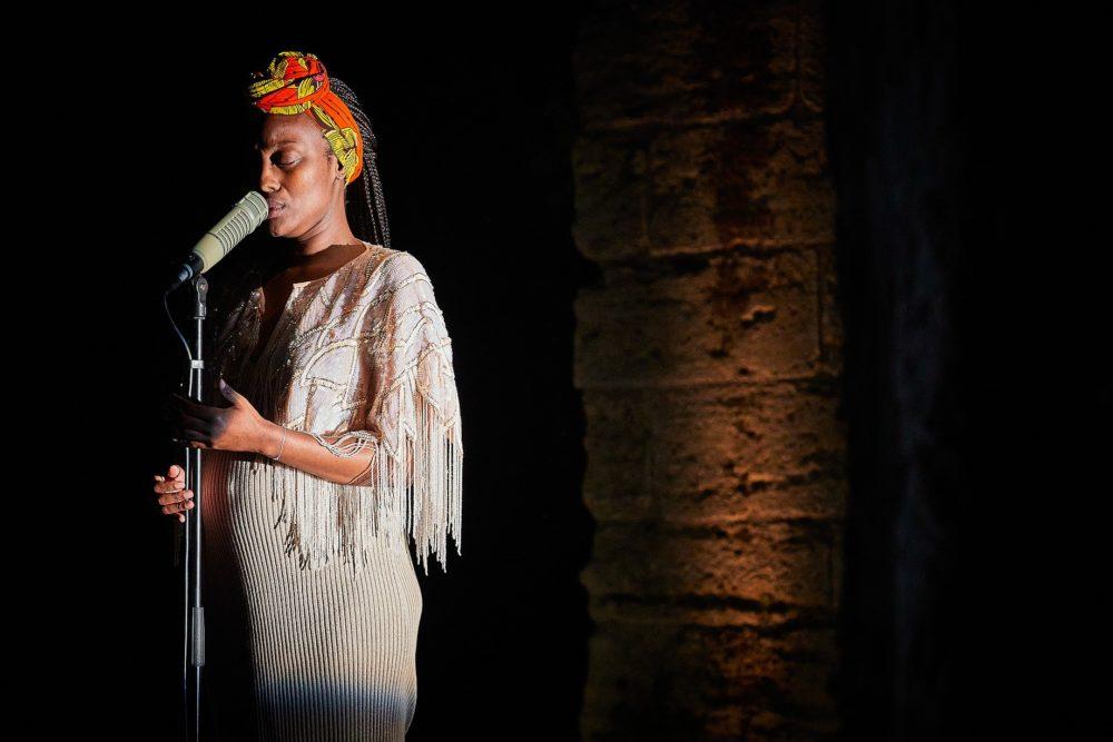 Nancy Nkusi La dernière nuit du monde, Avignon, 2021 (© Christophe Raynaud de Lage Festival d'Avignon)